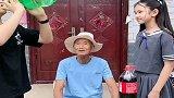 小帅哥坑88岁爷爷,一点也不含糊,接下来一幕憋住别笑!