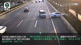 轿车连跨3车道撞烂车头 五菱神车极速漂移躲过一劫