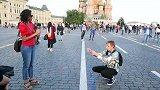 俄罗斯的年轻人也玩抖音? 英克战前竟然玩这么欢乐的街采