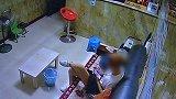 女子旅店偷手机不着急走 猜对密码解锁盗刷26笔