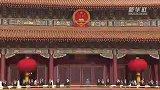 升国旗仪式开始 全场唱响中华人民共和国国歌