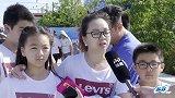 法国华人全家出动支持女足 身在国外心系祖国