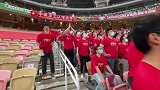 希望还在!华人球迷看台助威 齐声高喊中国队加油!