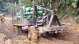 为什么重卡可以在淤泥道路中行驶?