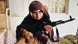阿富汗一幕!近80岁老太太手持AK-47,上房顶巡逻!