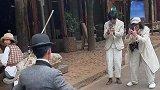 小伙的神情和动作,特别像卓别林大师,不去当喜剧演员可惜了!