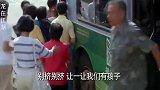 龙在江湖:妈妈把小孩落下,坐公交车走了,不料小孩却在下一站等她