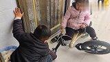 两宝宝同时要骑一个自行车,妈妈是怎么做的