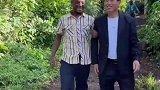 华人接济他的非洲徒弟,一看到东西,激动的直喊爸爸