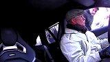 赛车手假扮老人,带路人玩漂移