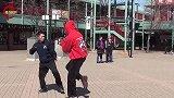 华人武术高手VS老外,双方在街头切磋,功夫交流点到为止