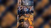 斯台普斯中心球迷自发点燃紫金蜡烛悼念科比!愿黑曼巴一路走好