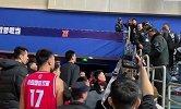 上海主场球迷向青岛球员扔杂物 CBA赛场球迷不文明行为合集